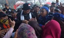 Calon Gubernur DKI Jakarta Agus Harimurti Yudhoyono (ketiga kiri) menyapa warga ketika mengunjungi Kompleks UKA, Tugu Utara, Jakarta, Senin (16/1).