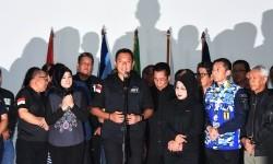 Calon Gubernur DKI Jakarta Agus Harimurti Yudhoyono (tengah) didampingi Calon Wakil Gubernur Slyviana Murni (ketiga kanan) dan Anggota Tim Pemenangannya memberikan keterangan pers di Posko Tim Pemenangan Agus-Slyvi, Jakarta, Rabu (15/2).