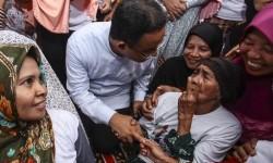 Calon Gubernur DKI Jakarta Anies Baswedan berbincang dengan warga Lansia saat melakukan kampanye di kawasan Kebon Jeruk, Jakarta, Selasa (17/1).