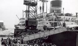 Calon jamaah haji bersiap naik kapal laut di Tanjung Priok, menuju Tanah Suci pada tahun 1938.