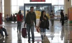 Calon penumpang menunggu keberangkatan bus di Terminal Pulogebang, Jakarta Timur, Selasa (27/6).