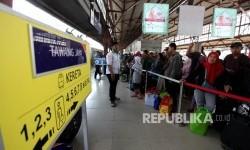 Calon penumpang menunggu keberangkatan kereta di Stasiun Pasar Senen, Jakarta, Selasa (20/6).