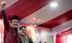 Calon Wakil Gubernur DKI Jakarta Djarot Saiful Hidayat (kiri) didampingi istri menyampaikan pidato politik saat menghadiri deklarasi dukungan Relawan Badja Bhineka Tunggal Ika di Jakarta, Sabtu (18/3).