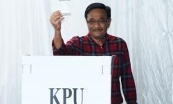 Calon Wakil Gubernur DKI Jakarta Nomor Urut Dua, Djarot Saiful Hidayat menggunakan hak pilih di TPS 8, Kuningan, Jakarta, Rabu (15/2).