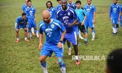 Para pemain Persib Bandung dalam sebuah sesi latihan di Stadion Persib, pada akhir April.