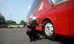 Petugas Dinas Perhubungan sedang mengecek kelayakan kendaraan mudik (ilustrasi)