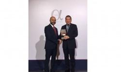 Corporate Banking Director Bank Muamalat Indonesia Indra Y. Sugiarto menerima langsung penghargaan yang diberikan oleh Siddiq Bazarwala CEO Alpha Southeast Asia Magazine.
