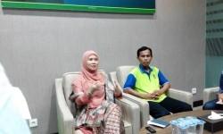 Datin Roziyaton, Ketua K-Link Foundation (kiri)