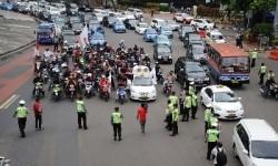Demo pemotor tolak pelarangan sepeda motor melewati Jalan MH Thamrin di Bundaran HI, Jakarta, Senin (22/12).
