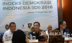 Deputi Bidang Koordinasi Politik Dalam Negeri Kemenkopolhukam Andrie T.U. Sutarno (kiri), Kepala BPS Suhariyanto (tengah), dan Deputi Bidang Statistik Sosial BPS Sairi Hasbullah menggelar konferensi pers tentang Indeks Demokrasi Indonesia 2016 di kantor BPS, Jakarta, Kamis (14/9).