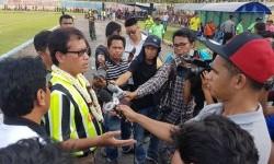 Deputi III Pembudayaan dan Olahraga Kemenpora Raden Isnanta menjawab pertanyaan wartawan pada acara seromonial kick-off Liga Sepak Bola Pelajar (LSP) 2017.