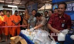 Deputi Pemberantasan BNN Irjenpol Arman Depari (kanan) menunjukkan barang bukti saat pemusnahan barang bukti narkotika jenis sabu dan pil ekstasi di Jakarta, Jumat (7/10).