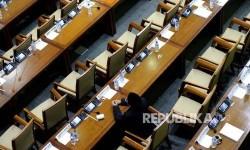 Deretan kursi kosong yang ditinggalkan anggota empat fraksi DPR yang melakukan walkout pada sidang paripurna pengesahan RUU Pemilu.
