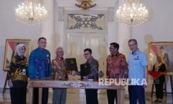 Direktur BNI Syariah Junaidi Hisom (ketiga kiri) bersama Direktur Transjakarta Welfizon Yuza (ketiga kanan) bertukar nota kesepakatan bersama usai ditandatangani, disaksikan oleh Plt.Direktur BNI Syariah Dhias Widhiyati (kiri), Plt.Direktur Utama BNI Syariah Abdullah Firman (kedua kiri), Plt. Gubernur DKI Jakarta Djarot Saiful Hidayat (kedua kanan) dan Direktur Utama Transjakarta Budi Kaliworo di Jakarta, Selasa (18/7).