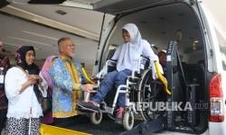 Direktur Distribution and Service Bank Syariah Mandiri (BSM) Edwin Dwidjajanto melihat proses penyandang disabilitas menggunkana fasilitas mobil akses di Wisma BSM , Jakarta, Selasa (20/6).