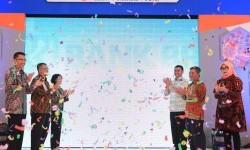 Direktur Manajemen Risiko Kredit Bank BRI  Susy Liestiowaty (ketiga dari kiri) bersama Wali Kota malang Mochamad Anton (ketiga dari kanan),  jajaran pejabat BRI, serta Kepala Dinas Koperasi dan UKM Kota Malang Tri Widyani, meresmikan pembukaan parade umkm di Lapangan Parkir Stadion Gajayana, Kota Malang, Jumat, 19 Mei 2017.