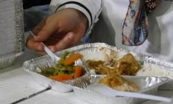 Direktur Pelayanan Haji Luar Negeri Sri Ilhami Lubis mencoba masakan di salah satu dapur perusahaan katering yang mensuplai konsumsi bagi jamaah haji Indonesia di Madinah (Ilustrasi) (Republika/ Amin Madani)
