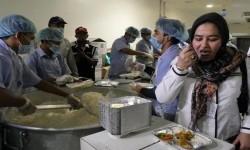 Direktur Pelayanan Haji Luar Negeri Sri Ilhami Lubis mencoba masakan di salah satu dapur perusahaan katering yang mensuplai konsumsi bagi jamaah haji Indonesia di Madinah (Ilustrasi)