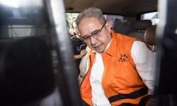 Direktur Utama PT Duta Graha Indah (PT DGI) Dudung Purwadi masuk ke dalam mobil tahanan seusai menjalani pemeriksaan di gedung KPK, Jakarta, Senin (6/3).