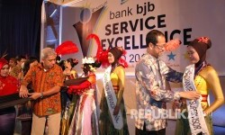 Dirut Bank BJB Ahmad Irfan memasang selendang pada karyawan Bank BJB yang berprestasi.