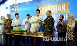 Dirut Bank BJB Ahmad Irfan memberikan tumpeng kepada Gubernur Jabar Ahmad Heryawan pada acara HUT ke-56 Bank BJB, di gedung pusat Bank BJB, Jl Naripan, Kota Bandung, Sabtu (20/5).