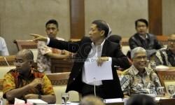 Dirut PT Pelindo II, RJ Lino (tengah) beraudiensi saat hadir dalam Rapat Panitia Kerja (Panja) bersama Komisi VI DPR RI di kompleks Parlemen, Senayan, Jakarta (16/9).   (Republika/Rakhmawaty La'lang)