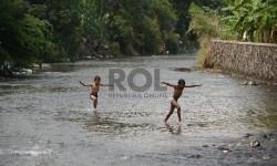 Dua orang anak bermain di aliran Sungai Ciliwung, Bogor.  (Republika/Raisan Al Farisi)