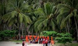 ejumlah wisatawan lokal saat berwisata pulau ke pulau Ketawai yang merupakan bagian dari kabupaten Bangka Tengah, Provinsi Bangka Belitung.