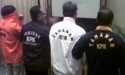 Empat model baju tahanan KPK yang diluncurkan lembaga pimpinan Abraham Samad itu. Baju tahanan itu diklaim mampu melahirkan efek jera kepada pemakainya.