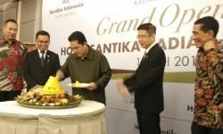 Erick Thohir (tengah) memotong tumpeng sebagai tanda acara grand opening peresmian Hotel Santika - Radial Palembang di Palembang, Sumatera Selatan, Jumat (19/5).