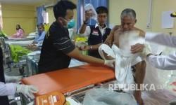 Evakuasi terakhir lima jamaah haji di Klinik Kesehatan Haji Indonesia (KKHI) Daker Madinah, Senin (21/8). Namun, masih ada empat jamaah haji yang sebetulnya bisa dievakuasi, tapi terkendala paspor.