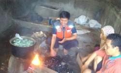 Fasilitator Rumah Zakat mengunjungi rumah produksi telor asin milik Bang Karja