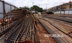 Flyover Cipinang masih dalam tahap pembangunan fondasi, Selasa (21/3) siang. Pembuatan per besi sebagai fondasi diperkirakan sekitar tiga bulan.