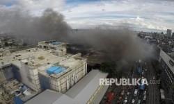 Foto aerial kebakaran yang melanda Pasar Senen, Jakarta Pusat, Kamis (19/1).