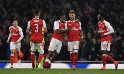 Gelandang muda Arsenal, Alex Oxlade-Chamberlain (kedua kanan) merayakan golnya ke gawang Reading pada laga Piala Liga Inggris di stadion Emirates, Rabu (26/10) dini hari WIB. Pada laga itu, pelatih Arsene Wenger menurunkan skuat muda the Gunners.