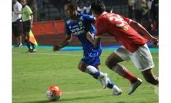 Gelandang Persib Atep (kiri) berusaha melewati pemain Persija.