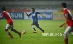 Gelandang tim Persib Bandung Hariono dalam pertandingan Torabika Soccer Championship 2016 Persib vs Persija di Stadion Gelora Bandung Lautan Api, Sabtu (16/7)