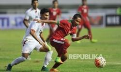 Gelandang timnas Indonesia U-22 Evan Dimas mengontrol bola dibayangi pemain Myanmar dalam laga persahabatan di Stadion Pakansari, Cibinong, Bogor, Selasa (21/3).