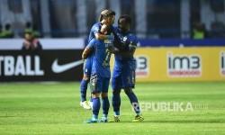 Gian Zola, Atep, dan Michael Essien merayakan gol balasan ke gawang Pusamania Borneo FC pada pertandingan putaran pertama Liga 1 di Stadion GBLA Bandung.