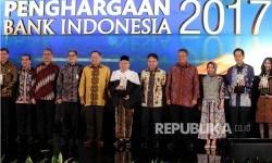 Gubernur Bank Indonesia (BI) Agus DW Martowardojo (kelima kiri) bersama Ketua MUI Ma'ruf Amin tengah) dan jajaran pimpinan perbankan berfoto bersama pada acara Penghargaan Bank Indonesia Tahun 2017 di Jakarta, Selasa (18/7).