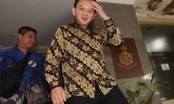 Gubernur DKI Jakarta Basuki Tjahaja Purnama atau Ahok meninggalkan gedung Bareskrim Mabes Polri usai menjalani pemeriksaan di Jakarta, Selasa (21/6).