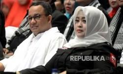 Gubernur Jakarta terpilih Anies Baswedan bersama Ketua Umum Bang Japar Fahira Idris (kanan) hadir pada acara apel akbar pelantkan ormas dan LBH Bang Japar di Jakarta, Ahad (13/8).