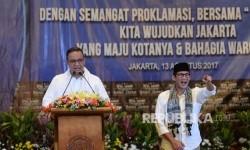 Gubernur Jakarta terpilih Anies Baswedan bersama Wakil Gubernur Jakarta terpilih Sandiaga Uno memberikan sambutan pada acara apel akbar pelantkan ormas dan LBH Bang Japar di Jakarta, Ahad (13/8).