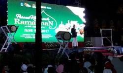 Gubernur NTB TGH M Zainul Majdi memberi sambutan dalam pembukaan Tabligh Akbar Pesona Khazanah Ramadhan di halaman Masjid Hubbul Wathan Islamic Center NTB, Mataram pada Kamis (25/5). Secara khusus, TGH M Zainul Majdi juga mengajak hadirin membacakan Al-Fatihah untuk korban ledakan bom di Kampung Melayu, Jakarta pada Rabu (24/5).
