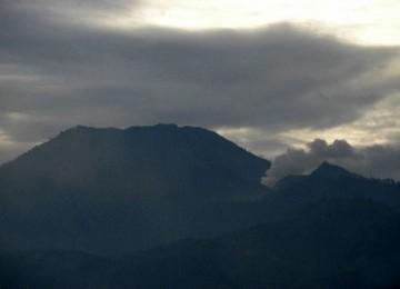Gunung Ijen mengeluarkan asap terlihat dari Desa Kalisat, Sempol, Bondowoso, Jawa Timur.