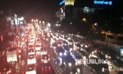 Hujan deras yang menimbulkan genangan air menyebabkan kemacetan panjang di depan Terminal Depok, Jalan Margonda Depok, Senin (10/4).