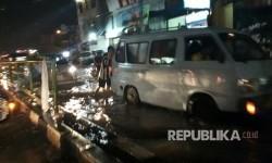 [ilustrasi] Sejumlah kendaraan melintas di Jalan Arif Rahman Hakim Depok, Jawa Barat.