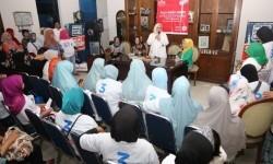 Istri cagub DKI Jakarta Anies Baswedan, Fery Farhati Ganis, menghadiri pelatihan program OK OCE Sabun Al-Maidah di Pendopo 9, Jalan Siaga Raya Nomor 43, Pejaten Barat, Kecamatan Pasar Minggu, Jakarta Selatan, Rabu (29/3).