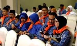 Jamaah umrah First Travel yang tertunda bersiap untuk diberangkatkan ke Tanah Suci di Tangerang, Banten, Senin (1/5).