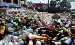 Ribuan botol minuman keras (miras) dimusnahkan dengan menggunakan alat berat. (ilustrasi)